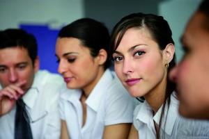 Portrait de jeune femme en réunion de travail